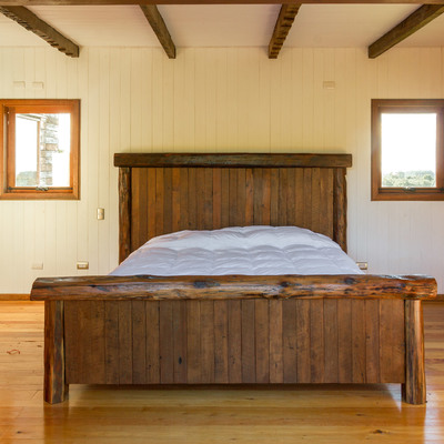 cama y dormitorio con maderas nativas