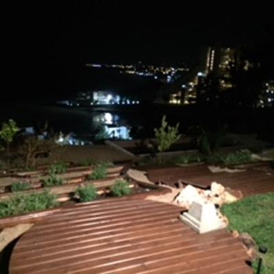 Vista nocturna patio.