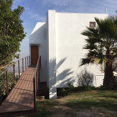 rampa de acceso desde jardín hacia ampliación dormitorio y  terraza