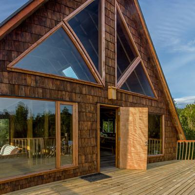 casa con paneles sip y ventanas de alerce y termopanel