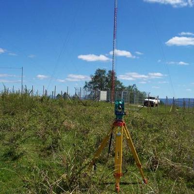 medición de verticalidad en torre contra ventada