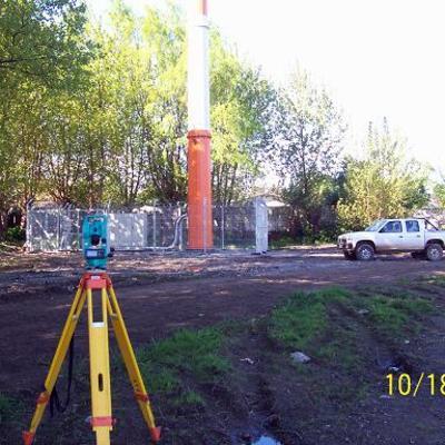 medición de verticalidad en torre monoposte