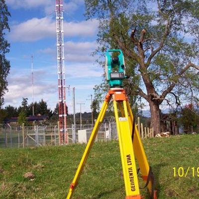 medición verticalidad en torre contraventada