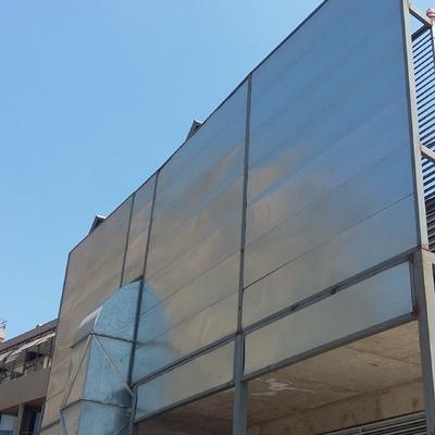 Instalación de paneles acústicos en edificios.