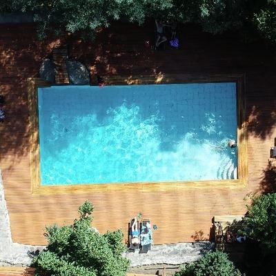 Deck de piscina de madera exótica