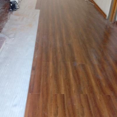 Instalación de piso de madera.