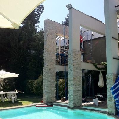 Remodelacion casa Sauma. 390 m2. Fachadas exteriores, piscina y quincho.