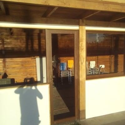 Fabricación de puerta en línea 3200 color madera