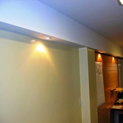 Tabiques con terminaciòn de cajón y columnas para iluminaciòn