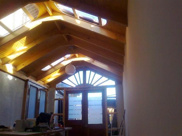 Foto cobertizo de viga a la vista con traga luz de for Cobertizo de madera ideas de disenos