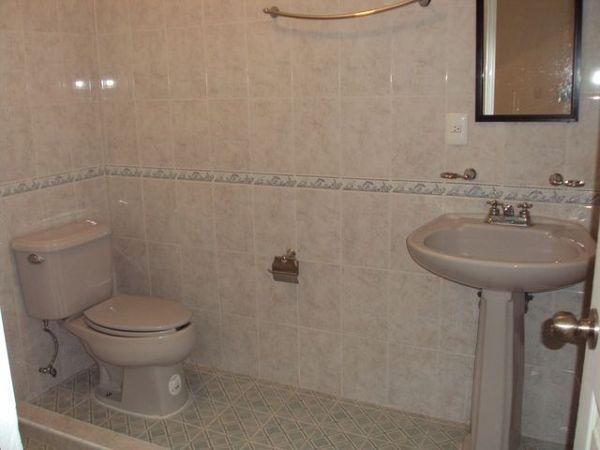 Foto instalaci n de cer mica muro y piso en ba o de for Pisos ceramicos para banos pequenos