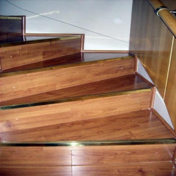 Foto piso laminado en escaleras de proyecta for Pisos para escaleras