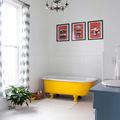 baño con bañera amarilla