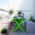 balcón con mesa verde