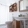 baño con alfombra estampada