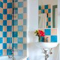 Baño con azulejos pintados