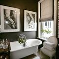 baño negro con accesorios blancos