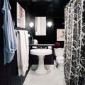 baño negro con lavabo vintage