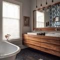 Baño con piso vinílico remodelado