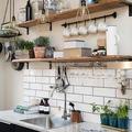 Estantería antigua en cocina