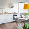 Cocina blanca con lámpara amarilla