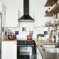 Cocina con azulejos colores y baldas