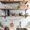 Cocina con baldas de madera