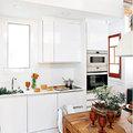 Cocina con techo con ladrillo visto