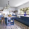 Cocina de color azul con suelo hidráulico