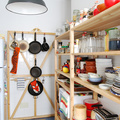 Cocina con estantería despensa