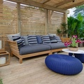 terraza con pufs azules