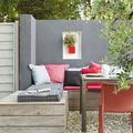 terraza con sillón de palés y cojines
