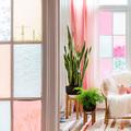 Oficina con vidrios en tonos pastel