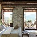 dormitorio con muro de piedra