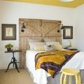 dormitorio con techo y textiles amarillos