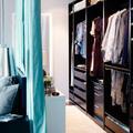 Dormitorio con vestidor tras respaldo