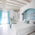 Dormitorio en tonos blancos y azules