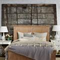 Dormitorio con decoración rústica
