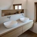 Baño con espejo sobre lavamanos