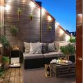 Balcón en madera iluminado