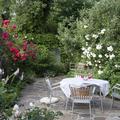 jardín con zona para comer