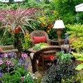 jardin bonito con flores y muebles