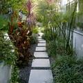 jardín con sendero de piedra