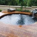 piscina de madera y piedra