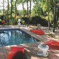 piscina con reposeras modernas