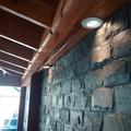 Muro de pidra enchapado y alumbrado