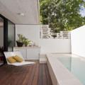 Piscina alargada en terraza