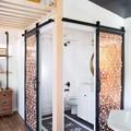 Baño con puertas correderas