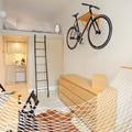 Pieza con bicicleta en el techo
