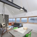 Living con ventanas de madera